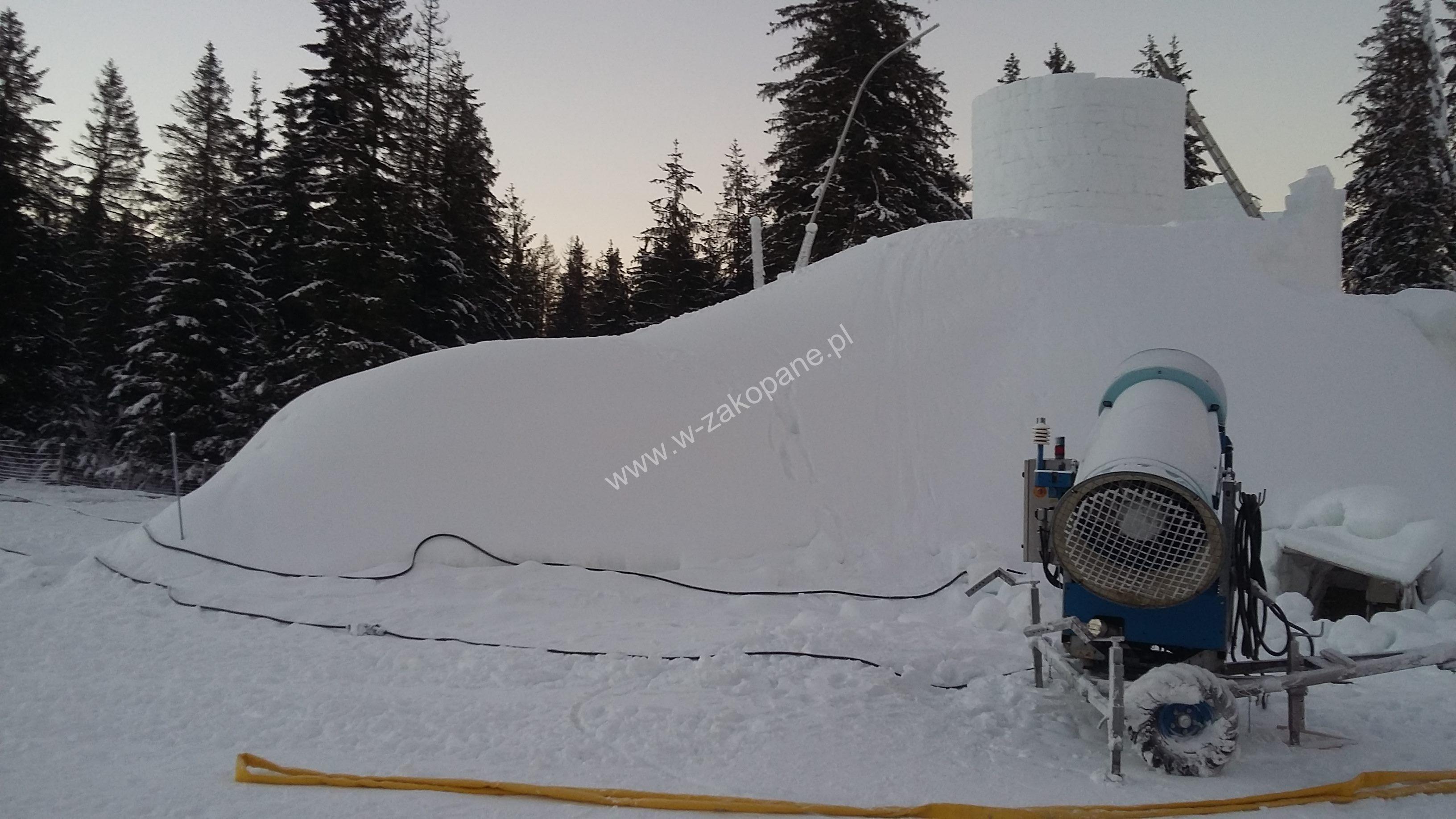 Zamek lodowy nasyp sniegu armatką